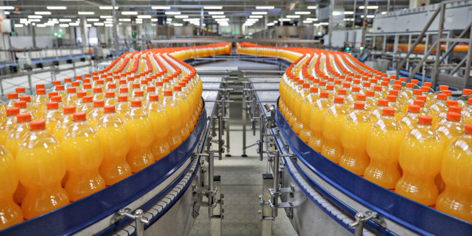Abgefüllte Limonade Flaschen auf einem Produktionsband