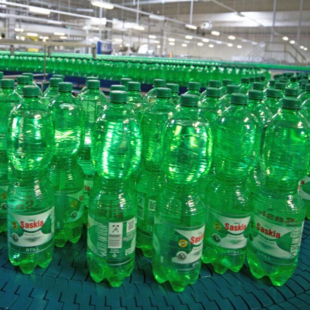 Abgefüllte Wasserflaschen stehen für einen Qualitätscheck bereit