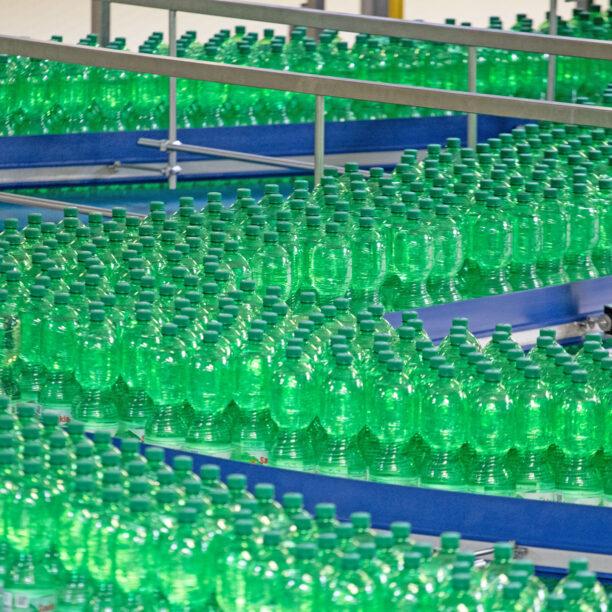 Zahlreiche abgefüllte Flaschen auf langen Produktionsbändern