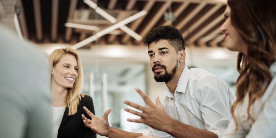 Eine Gruppe Kollegen diskutiert miteinander