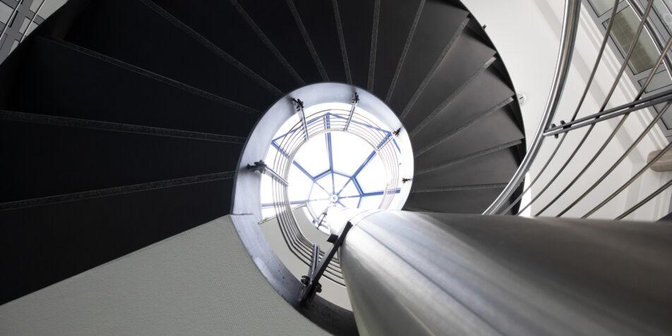 Blick nach oben zu spiralförmigen Treppenhaus-Stufen