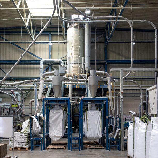 Säcke mit Material stehen zur Produktion von PET-Flaschen bereit