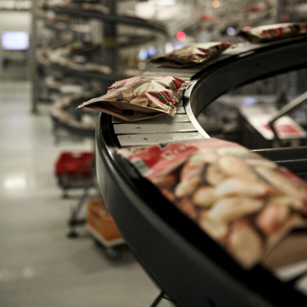 Abgepackte Nüsse auf einem Produktionsband der Solent