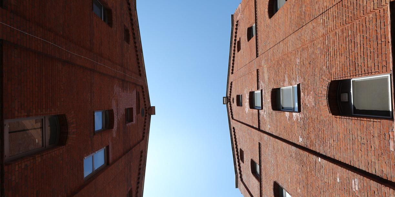Gebäuder der MEG in Weißenfels aus der Frosch-Perspektive