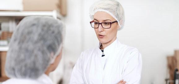 Frauen unterhalten sich im Labor