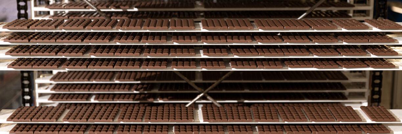 Schokolade liegt auf Regalen aus