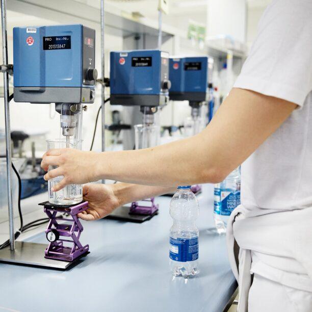 Im Labor wird eine Flüssigkeit analysiert