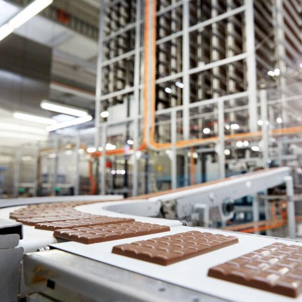 Schokolade auf einem Förderband in der Produktions-Anlage der Solent