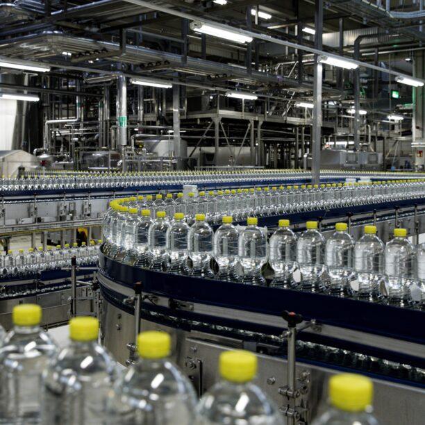 Wasserflaschen werden über ein Förderband transportiert