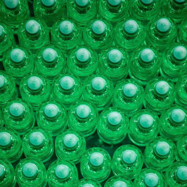 Zahlreiche PET-Wasser-Flaschen von oben