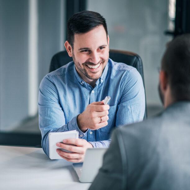Ein lächelnder Mann in einem Gespräch