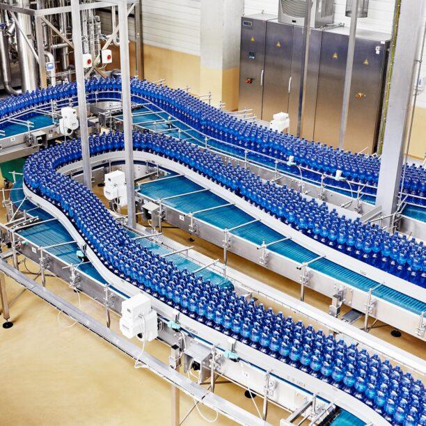 Wasserflaschen auf einem Förderband
