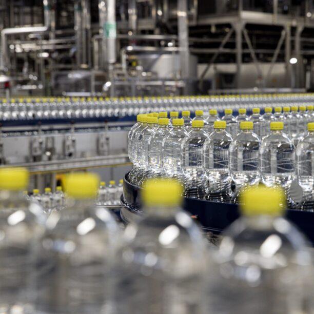 Nahaufnahme von Wasserflaschen auf einem Förderband