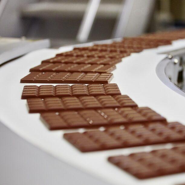 Schokoladen-Tafeln auf einem Förderband