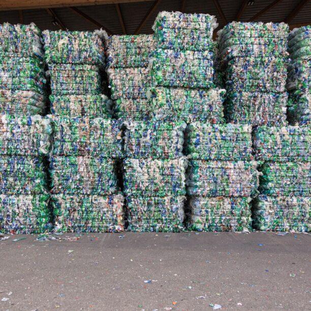 Recycletes PET-Material wartet auf die nächste Produktionsstufe