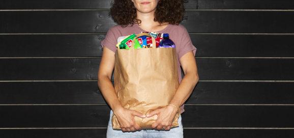 Frau mit Einkaufstüte voller Produkte der Schwarz Produktion