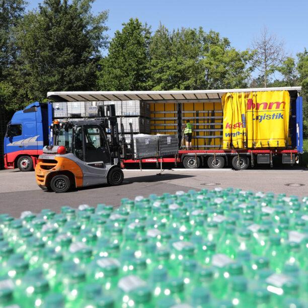 Beladung des LKW mit PET Flaschen